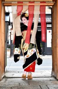 19-01-06(のれんをくぐる舞妓)2019.11.17大賞